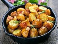 Лесни картофи по селски с червен пипер, розмарин и чесън на тиган